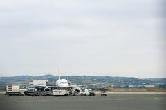 塞萨罗尼基,希腊- 2016年10月16日, :上飞机在机场调遣或机场围裙  库存图片