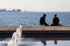 塞萨罗尼基,希腊- 2015年12月25日:放松在塞萨罗尼基沿海岸区和喝的人们 库存图片