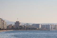 塞萨罗尼基,希腊- 2015年12月25日:从塞萨罗尼基沿海岸区看见的白色塔 白色塔是一个Thessanoliniki ` s 免版税库存照片