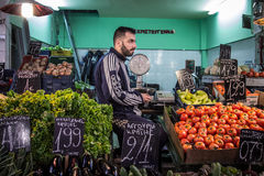 塞萨罗尼基,希腊- 2015年12月24日:水果和蔬菜卖主在莫迪亚诺市场上 库存图片