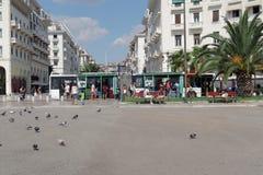 塞萨罗尼基,希腊- 2016年9月04日:Aristotelous广场公开公共汽车站 库存照片