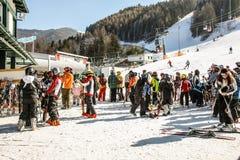 塞默灵,奥地利在冬天 滑雪在积雪的倾斜的人们在奥地利阿尔卑斯 山滑雪胜地-自然背景 免版税图库摄影