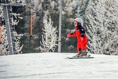 塞默灵,奥地利 孩子在积雪的倾斜滑雪在奥地利阿尔卑斯 山滑雪胜地 免版税库存照片