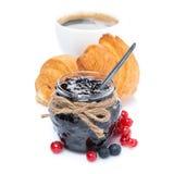阻塞,新鲜的莓果、新月形面包和咖啡,被隔绝 免版税库存照片