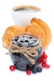 阻塞,新鲜的莓果,新月形面包和咖啡,被隔绝 库存照片