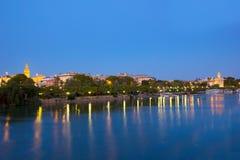 塞维利亚在晚上,西班牙都市风景  免版税库存图片