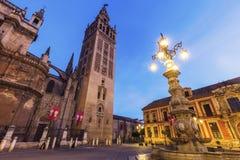 塞维利亚大教堂在晚上 免版税库存图片