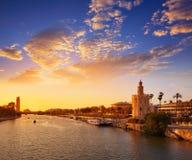 塞维利亚日落地平线torre del Oro在塞维利亚 免版税库存照片