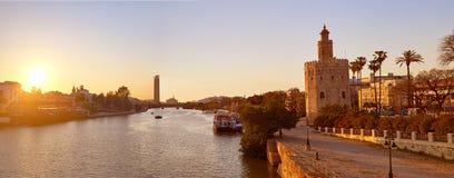 塞维利亚日落地平线torre del Oro在塞维利亚 免版税库存图片
