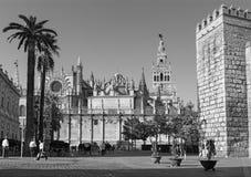 塞维利亚-与城堡Giralda钟楼和墙壁的大教堂de圣玛丽亚de la塞德  免版税库存照片