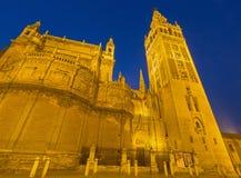 塞维利亚-与Giralda钟楼的大教堂de圣玛丽亚de la塞德在早晨黄昏 库存照片