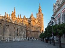 塞维利亚-与Giralda钟楼的大教堂de圣玛丽亚de la塞德在早晨黄昏 库存图片