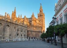 塞维利亚-与Giralda钟楼的大教堂de圣玛丽亚de la塞德在早晨黄昏 图库摄影