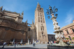 塞维利亚-与Giralda钟楼的大教堂de圣玛丽亚de la塞德从Plaze del Triumfo 图库摄影