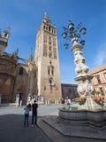 塞维利亚-与Giralda钟楼的大教堂de圣玛丽亚de la塞德从Plaze del Triumfo 免版税库存照片