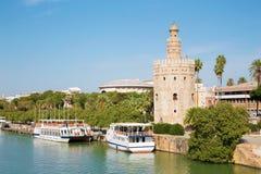 塞维利亚-中世纪塔Torre在瓜达尔基维尔河河江边的del Oro  免版税库存图片