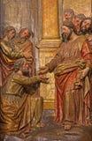 塞维利亚-场面圣伯多禄的被雕刻的多彩安心基督的主要法坛的在教会Iglesia de圣佩德罗火山里 库存照片