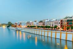 塞维利亚 沿瓜达尔基维尔河的城市堤防 免版税库存图片