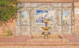 塞维利亚-铺磁砖的'省凹室的'一个部分沿广场de西班牙的墙壁 免版税库存照片