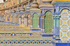 塞维利亚-铺磁砖的'省凹室'沿广场de西班牙的墙壁 库存照片