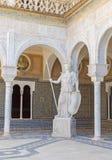 塞维利亚-雅典娜古色古香的雕象的拷贝在Casa de Pilatos庭院里  免版税库存图片