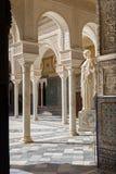 塞维利亚- Casa de Pilatos庭院和拷贝Pallas Pacifera古色古香的雕象  免版税图库摄影