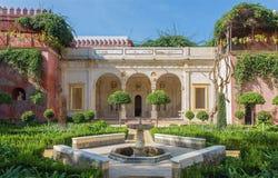 塞维利亚- Casa de Pilatos门面和庭院  图库摄影
