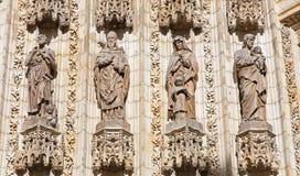 塞维利亚- holys雕象在主要西部门户(普埃尔塔de la亚松森)的大教堂de圣玛丽亚de la塞德 免版税库存图片