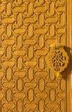 塞维利亚- mudejar古铜色门细节北部词条(普埃尔塔del Perdon)对大教堂de圣玛丽亚de la塞德 免版税图库摄影