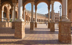 塞维利亚- Plaza de西班牙广场门廓艺术装饰和新Mudejar样式的Anibal设计的冈萨雷斯(20世纪20年代) 免版税图库摄影