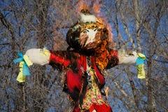 填充动物玩偶传统燃烧在斯拉夫的假日Mas的 库存图片