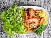 填塞在一张木桌上的泰国,泰国烹调 免版税图库摄影