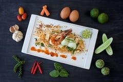 填塞泰国,虾和菜在一块板材有成份围拢的 免版税库存照片