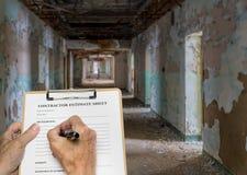 填好被放弃的办公室或旅馆的承包商估计 库存照片