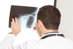 填好医疗文件的医生 免版税库存照片