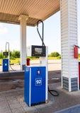 填装专栏用在加油站的不同的燃料 库存图片