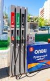 填装专栏用在加油站Olvi的不同的燃料 免版税库存照片