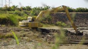 填装卡车的挖掘机 股票视频