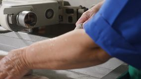 填装和形成香肠的操作员的手在食物生产工厂 香肠生产线 香肠工厂 影视素材