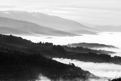 填装在有些山和小山之间的雾和薄雾一个谷 库存照片