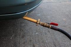 填装在LPG加油站的汽车LPG气体 免版税库存图片