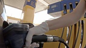 填装她的汽车的夫人用柴油在驻地 影视素材