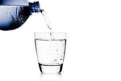 填装文本的玻璃用水低谷蓝色瓶和空间 免版税库存照片