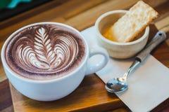 填装新鲜的牛奶和面包在一个咖啡馆的热的可可粉早晨 免版税库存图片