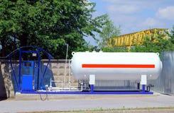 填装液化气的LPG驻地到车坦克里 e 免版税库存图片