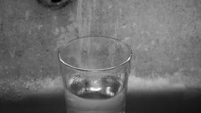 填装玻璃用水 关闭水下落 股票视频