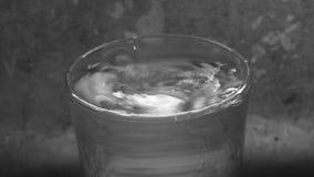 填装玻璃用水 水下落的关闭 股票视频