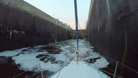 填装用肮脏的水的运河锁 小船,运输,产业 影视素材