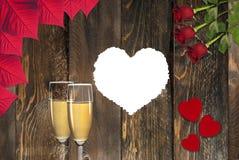 填装的白色心脏,敬酒香槟,玫瑰 免版税库存照片