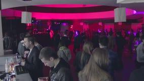填装的舞池Timelapse  人们来,得到饮料,跳舞,离开 影视素材